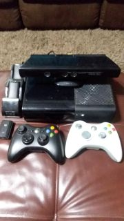 Xbox 360, Kinect, 2 controllers, Charging Station with 3 batteries