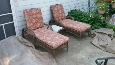 2 Chaise loungers with cushions, covers and side table.