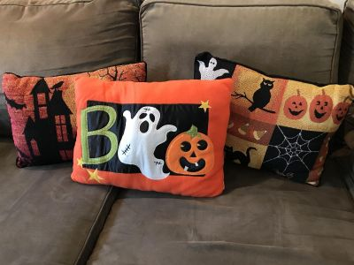 SET OF 3 HALLOWEEN THROW PILLOWS IN EXCELLENT CONDITION! PET/SMOKE FREE HOME! PRICE IS FOR ALL!