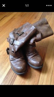 Short brown boots with buckle decal