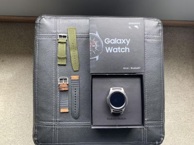 Like new! Samsung Galaxy Watch 46mm + 2 extra bands!!