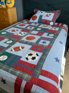 Quilted bed cover with sham