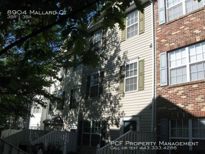 Middle of group town home with eat-in kitchen, laundry room, all appli