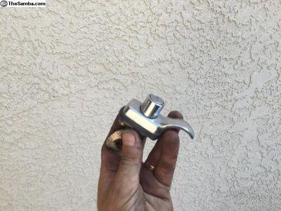 Engine lid handle