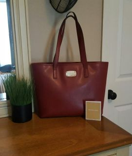BEAUTIFUL 'MICHAEL KORS' LEATHER HANDBAG 100% AUTHENTIC....IN PERFECT CONDITION!