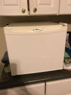 Counter top refrigerator with small freezer area for ice trays $25 pick up off Leroy Stevens to prove it works