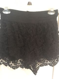 Lace shorts with elastic band