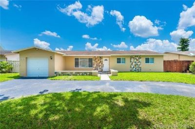 Contemporary, 3 Bedroom, 2 Bath, 1 Car Garage, POOL HOME in the Sought-After Tanglewood.