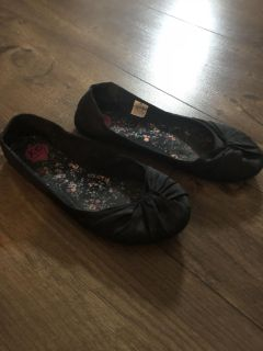 Flexible material flats made by Rocket dog with rubber topped off with felt bottoms . Size 8