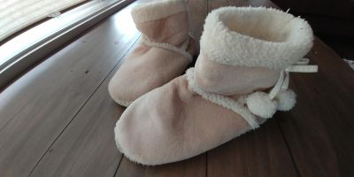 Beige comfy slippers