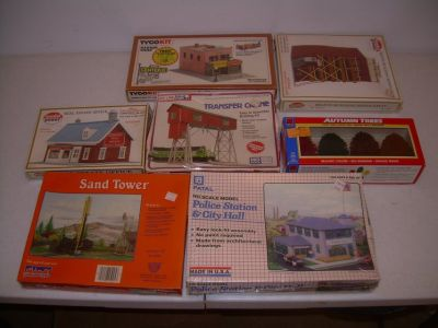 LOT OF 17 NEW HO TRAIN SCALE BUILDINGS, STRUCTURES, ROLLING STOCK & MORE