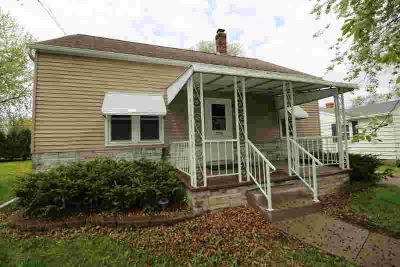 449 N Lark Oshkosh, 3+ bedroom bungalow with a DOUBLE lot