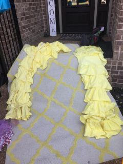 Rug and 2 ruffle curtains