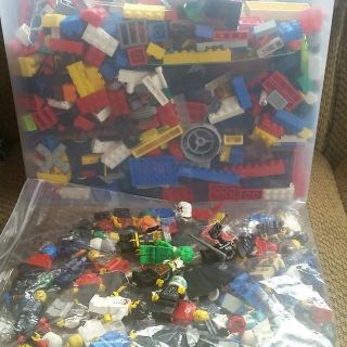 9.5 lbs of Lego's Assorted pieces