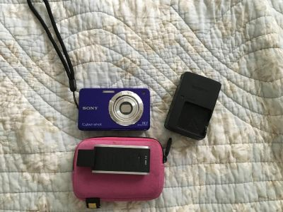 Sony cybershot digital camera, battery charger, card reader, and carrying case