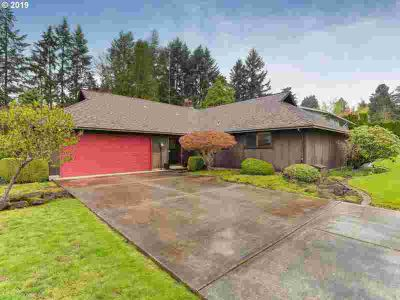 4369 SE Old Orchard CT Milwaukie Three BR, This Mid-Century is
