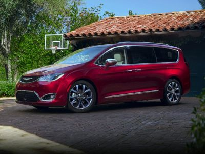 2018 Chrysler Pacifica Touring Plus (Brilliant Black Crystal Pearlcoat)