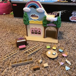 CALICO CRITTERS RAINBOW NURSERY PLAYHOUSE SET! COMES W/ LOTS OF FURNITURE/ACCESSORIES! EXCELLENT PREOWNED CONDITION!