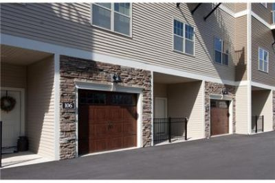 3 Bedroom luxurious Townhouse in Wilton! Attached Garage