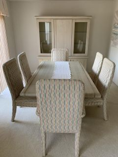 Beautiful 8 piece dining room set - moving must go