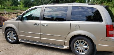 2008 Chrysler Town and Country Limited Stow and Go Minivan