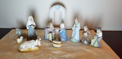 2006 Hallmark Miniature Porcelain Christmas Nativity Set 11 piece Manger Scene