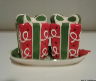CHRISTMAS HOLIDAY GIFT BOX SALT & PEPPER SHAKERS
