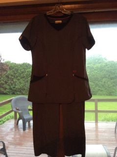 Like new scrub set. Size medium. Light gray with black trim. I bought new for $40. Excellent!