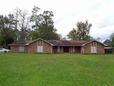 610 Concord St Vidor Three BR, Spacious home situated on 0.81
