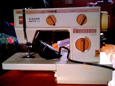 Singer Merritt 4019 with case and pedal