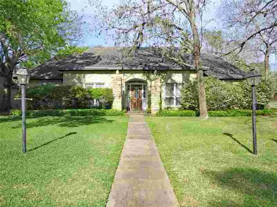 124 Catalpa Street LAKE JACKSON Four BR, This house has lot of