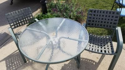 """Patio table 42""""round and 4 chairs"""