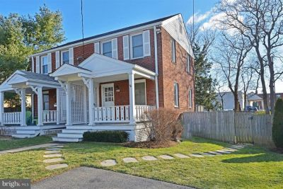 Duplex: Across the street from Metro (7 stops to Pentagon/10 miles to Ft. Belvoir)