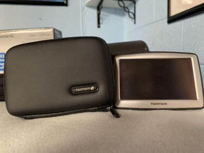 TomTom XL navigation system GPS , charger, case and car mount
