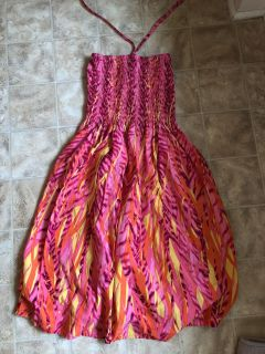 Super cute dress one size fits most. Can wear strapless or tie around neck