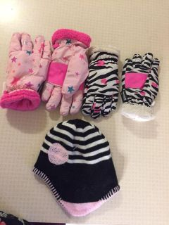 Kids 2 pairs of gloves and a hat