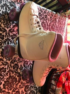 Sz 7 adult Roller skates , great condition . Clean .