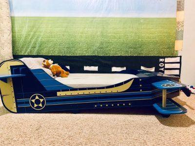 Airplane toddler bed and decor
