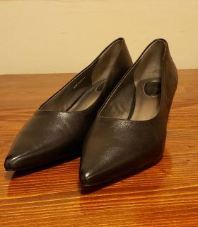 Leather kitten heel pumps size 8.5w