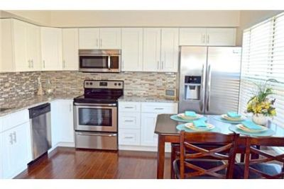 3 bedrooms Townhouse - Beautiful renovated TH with eat-in kitchen. Parking Available!