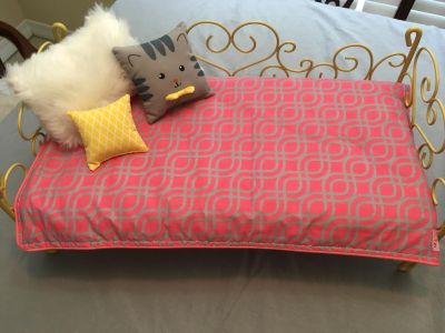 Bed for American Girl Doll comes with mattress, covers and throw pillows like NEW the Bed is metal
