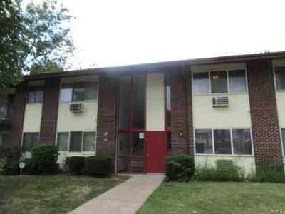 2 Bed 1 Bath Foreclosure Property in Hazelwood, MO 63042 - Hazelcrest Dr Apt F