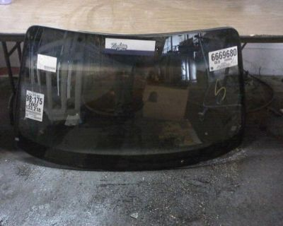 Purchase HYUNDAI ACCENT Windshield 00 01 02 03 04 05 motorcycle in Racine, Wisconsin, United States, for US $125.00