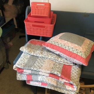 Twin quilt, shams, pillow and accessories