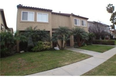 Rare find! Huge 3 Bed/2 Bath Unit with 2 Car Garage in Los