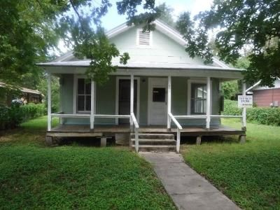 2 Bed 1 Bath Foreclosure Property in Yorktown, TX 78164 - E 4th St