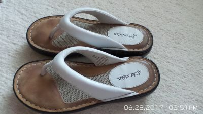 WHITE SUMMER LEATHER SANDALS 5-1/2 SM BY ST.JOHN'S BAY