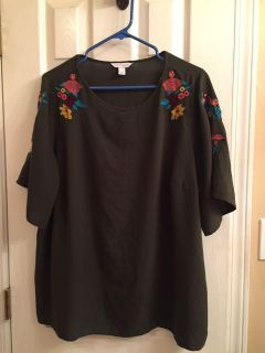 Olive green boutique shirt size XL/1XL Super cute lots of great floral detail on sleeves