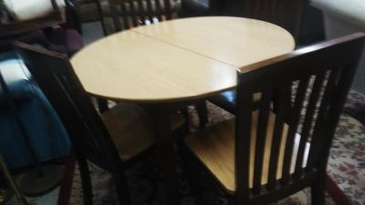 Round table with 4 chairs great shape delivery available
