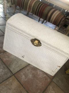Free wicker trunk. Hinges need replacing. Some damage. 28x17x17